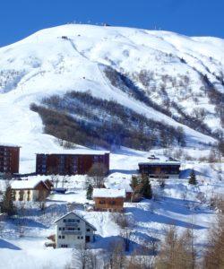 Chalet Hestia avec le domaine skiable derrière